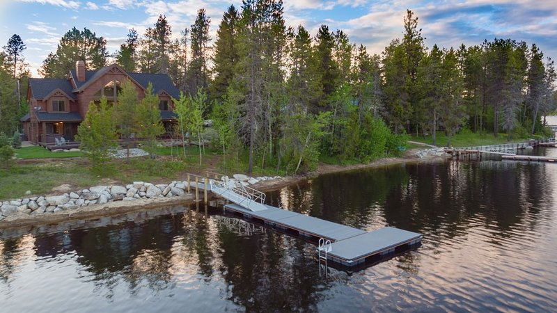 Brand New Lakeside Paradise Cabin with Private Boat Dock and Hot Tub, alquiler vacacional en Donnelly