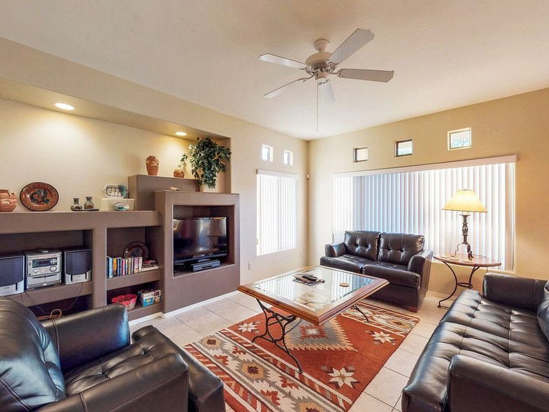 First floor condo with shared pools and hot tub! Dogs ok., alquiler de vacaciones en Oro Valley