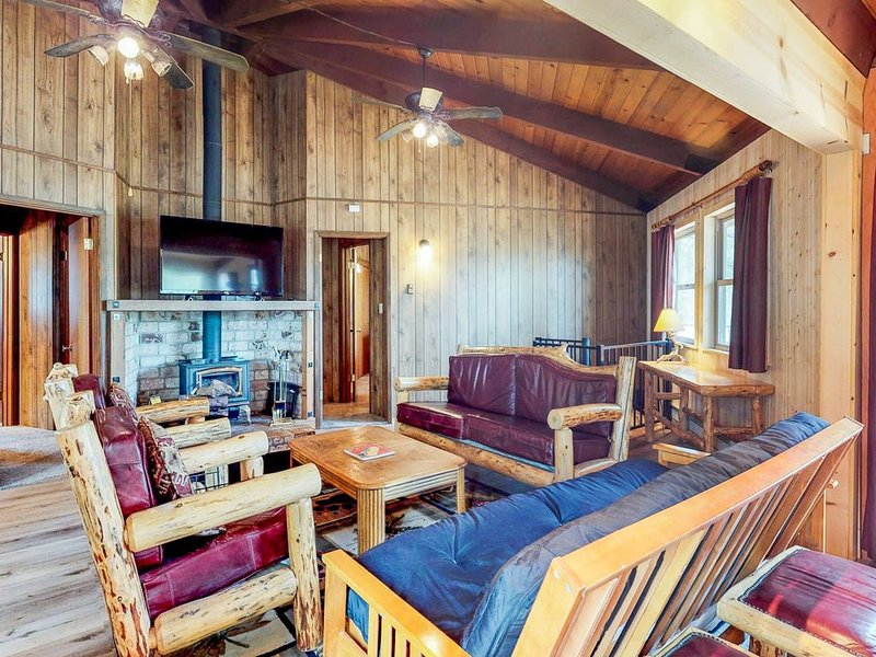 Whimsical dog-friendly cabin w/free WiFi, cable & close to Yosemite, vacation rental in Groveland