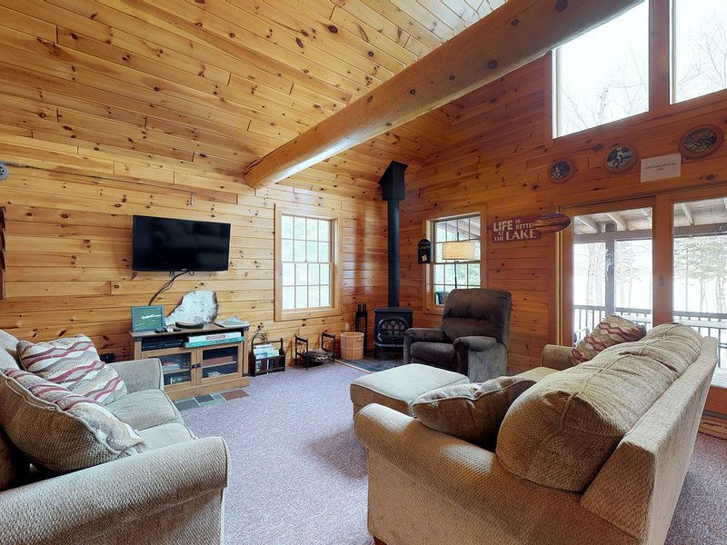 Dog-friendly, isolated lakefront log cabin w/ rustic atmosphere, free WiFi, holiday rental in Chesuncook Village