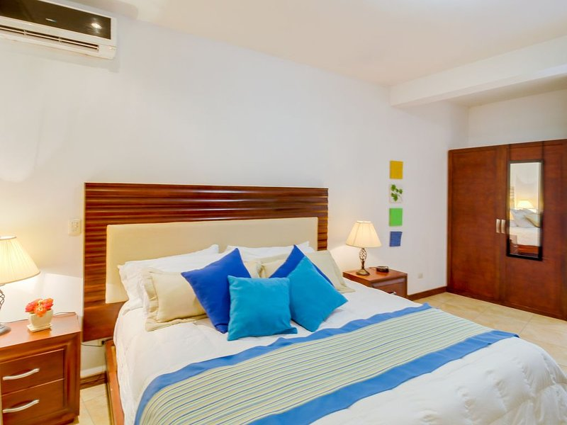 Suite in oceanfront resort with shared pool, tennis courts, spa, & beach access!, alquiler de vacaciones en Playas del Coco