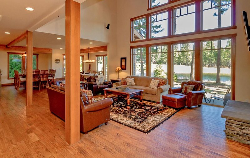 Fantastic Big Home Value! | Water Views | Hot Tub | Game Room | Summer Pool!, location de vacances à Cle Elum