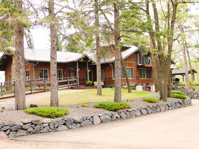 Historic Lodge on 48 Acres. Sleeps 25. Large Great Room, alquiler de vacaciones en Hackensack