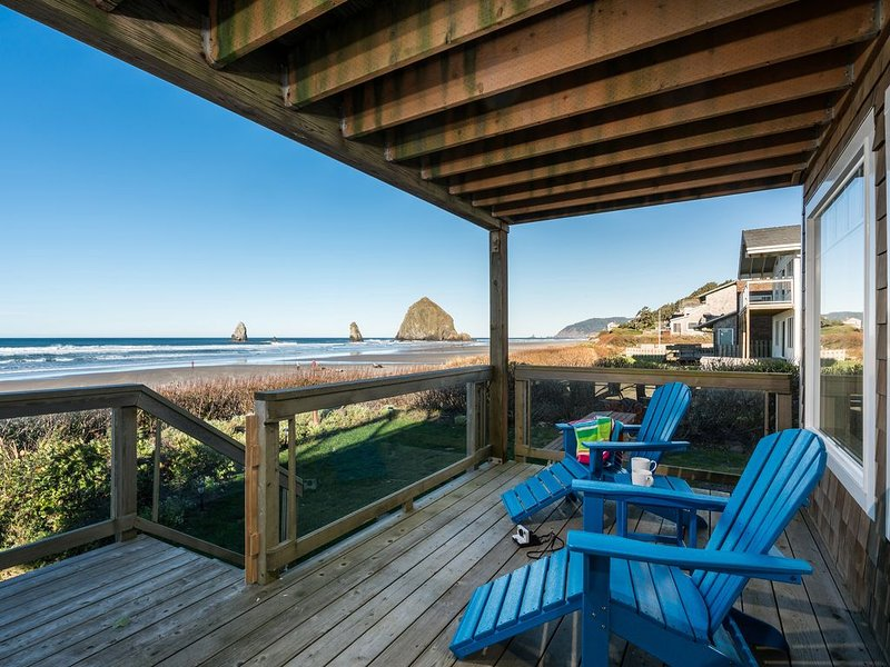 5 STAR! Oceanfront views near Haystack Rock, 2 Plush king beds, Dog friendly, aluguéis de temporada em Cannon Beach