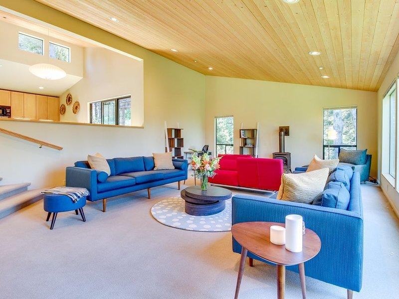 Modern, spacious home  w/ 2 gorgeous decks & shared pools/saunas - 2 dogs OK!, alquiler vacacional en Stewarts Point