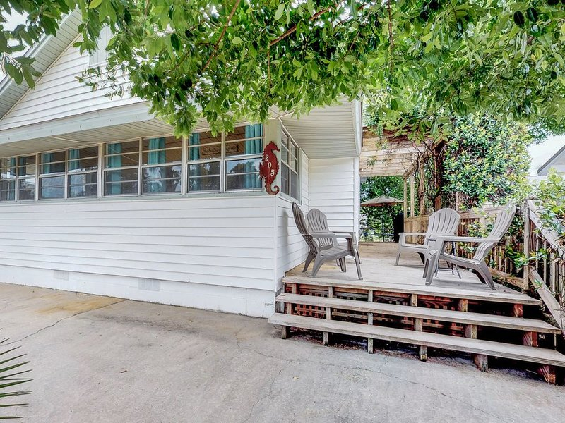 Cozy, dog-friendly cottage w/ large porch & private yard - 1 block to beach!, holiday rental in Laguna Beach