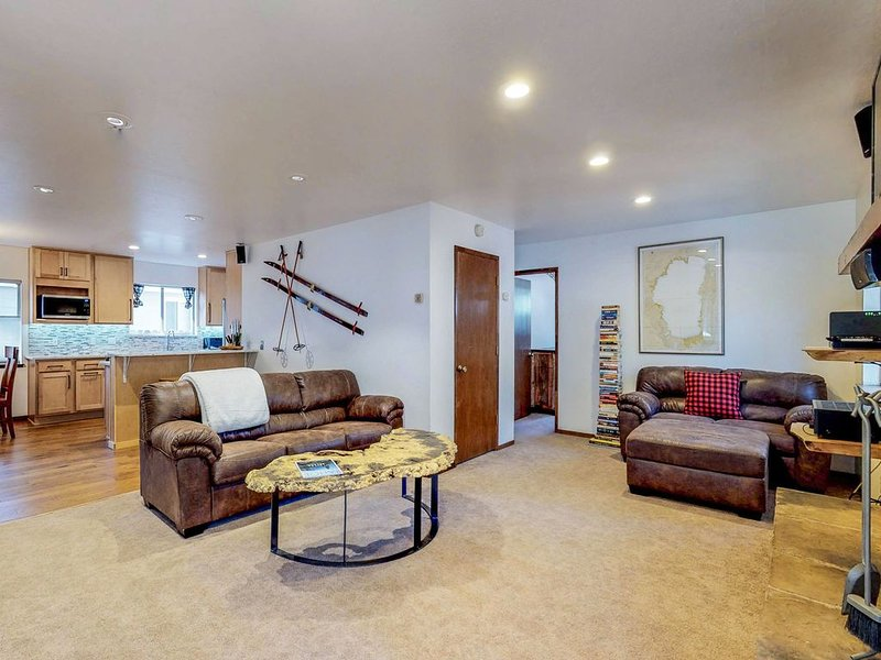 Peaceful, dog-friendly home w/ private hot tub & deck - walk to the lake, vacation rental in South Lake Tahoe