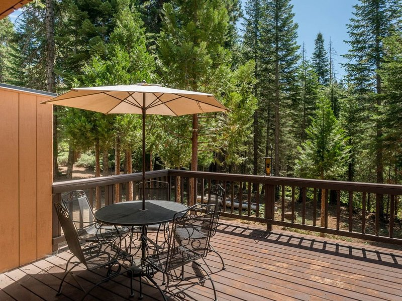 Inviting condo with shared pool & hot tub, free WiFi, and grill, alquiler de vacaciones en Shaver Lake