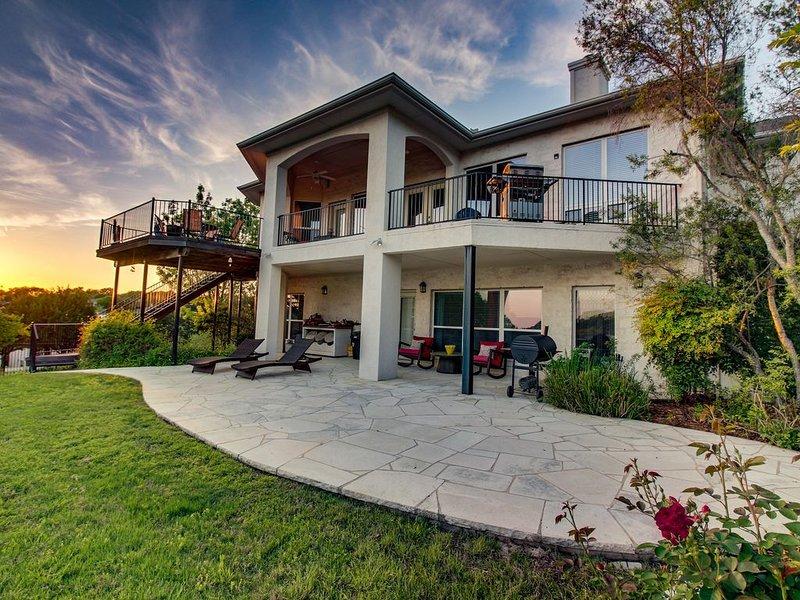Luxury lakeview house w/ an enclosed backyard, plenty of patio/balcony space, casa vacanza a Lago Vista