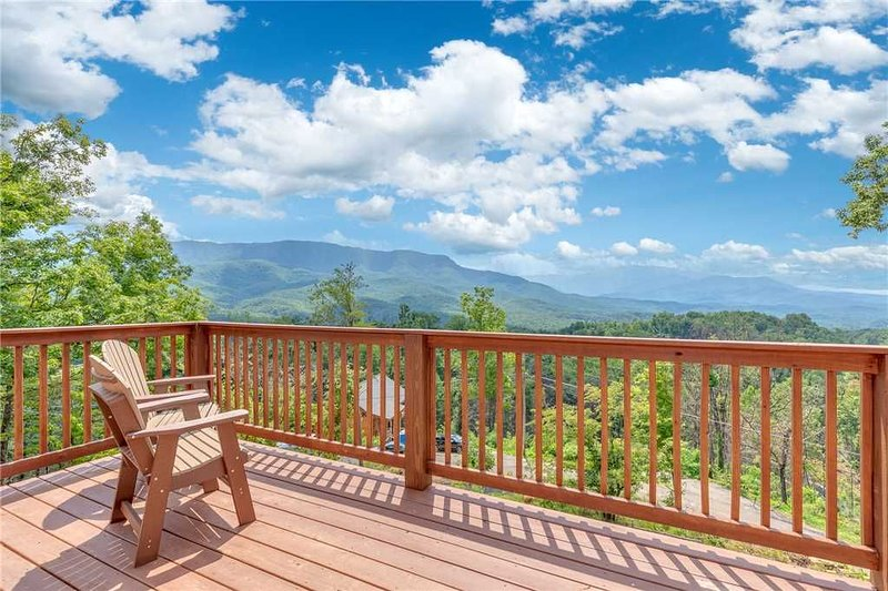 Eagles View, 4 Bedroom, Mountain View, Hot Tub, Pool Access, Sleeps 11, vacation rental in Gatlinburg