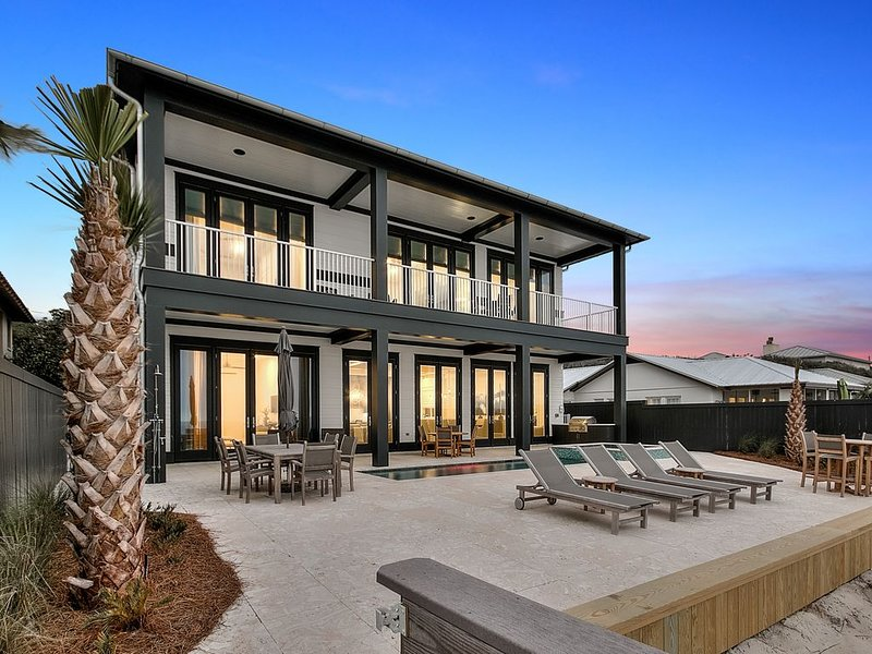 Unglaubliches 5.200 Quadratmeter großes Haus mit privater Veranda, Pool, Spa und Strandeingang.
