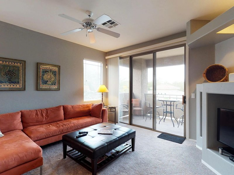Spacious, dog-friendly condo w/ shared pool, & hot tub, holiday rental in Oro Valley