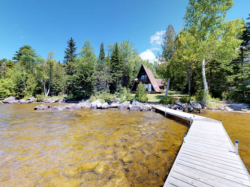 Cozy lakefront cabin w/ gorgeous views, private dock & pebble beach!, aluguéis de temporada em Kokadjo