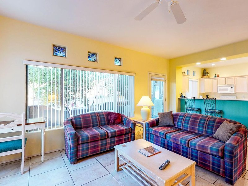 Bright and modern resort condo with shared pool and hot tub!, alquiler de vacaciones en Oro Valley