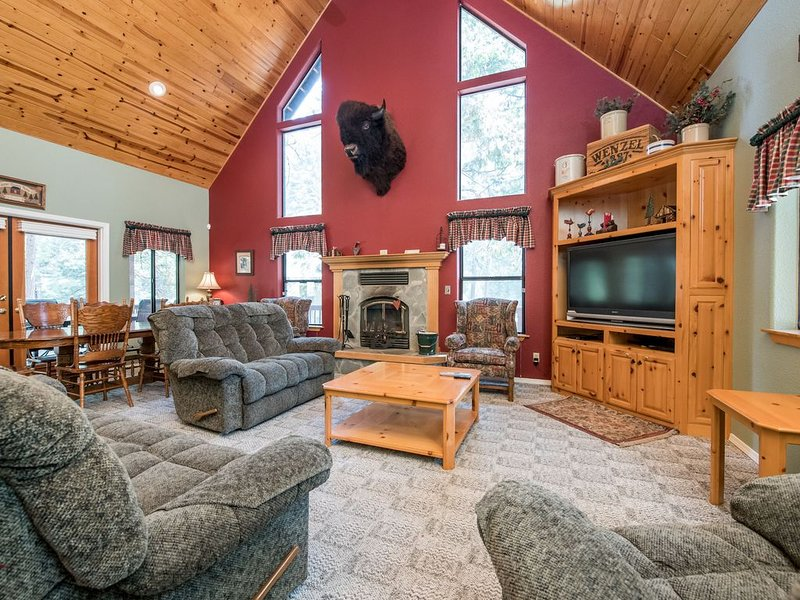 Rustic cabin w/ game room and beautiful forest views!, alquiler de vacaciones en Shaver Lake