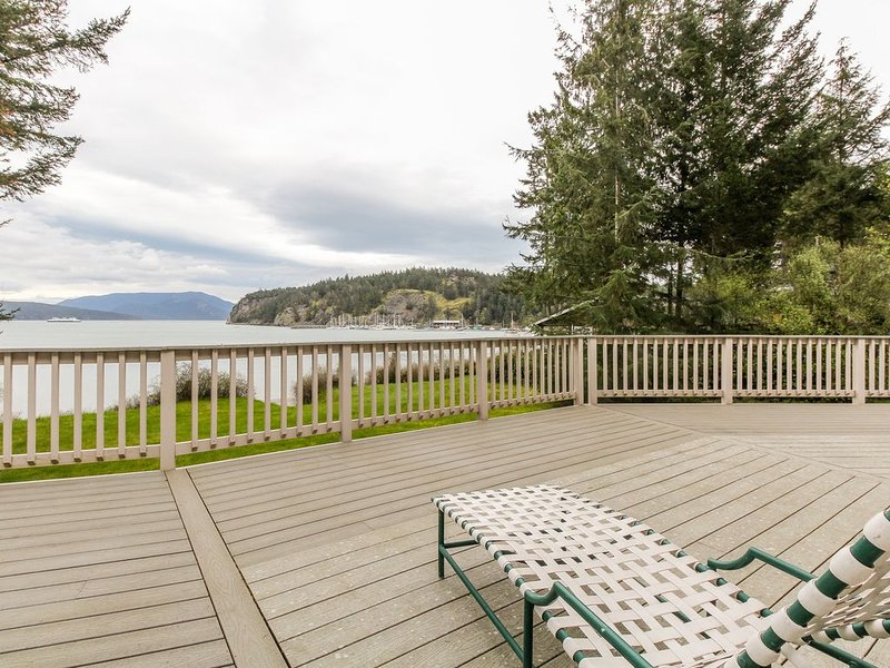 Stunning waterfront home w/ seasonal hot tub - perfect for a relaxing getaway, casa vacanza a Decatur Island