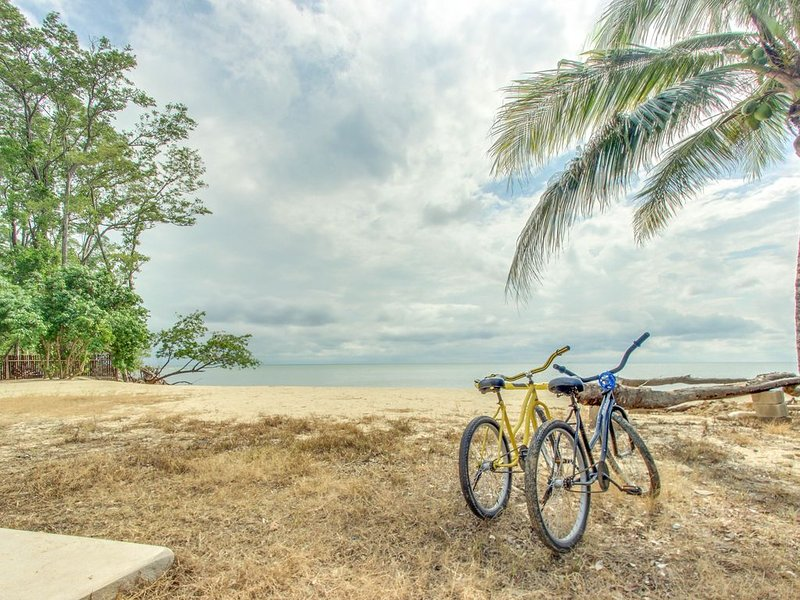 Two stand-alone oceanfront cabanas w/ocean view, private beach, WiFi, partial AC – semesterbostad i Dangriga