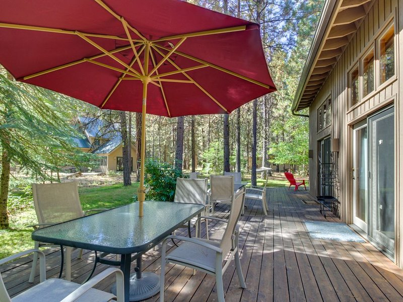 Spacious & updated dog-friendly home with shared pool!, holiday rental in Black Butte Ranch