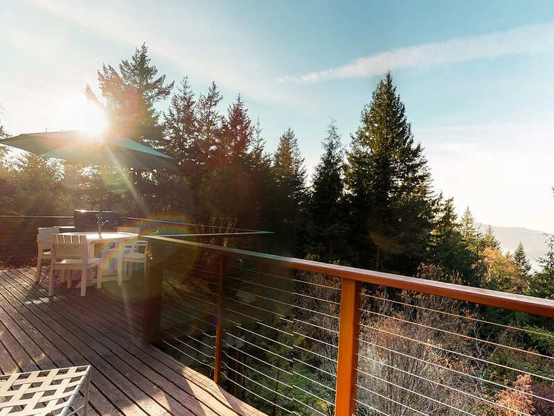 Beautiful, secluded home w/ bay views - watch the sunset from your deck, location de vacances à Eastsound