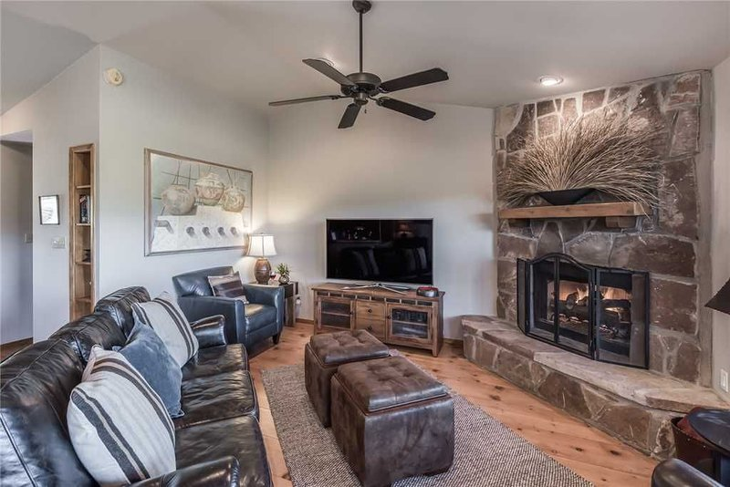 CenterView, 2 Bedrooms, Sleeps 6, Hot Tub, Gas Fireplace, Large TV, vacation rental in Ruidoso