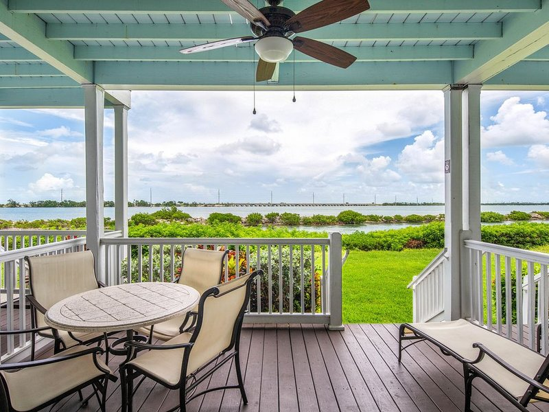 Two-story waterfront condo w/ patio, balconies & boating, casa vacanza a Conch Key