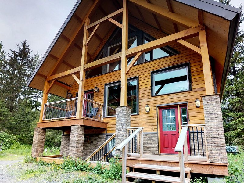 Cozy, new chalet w/ deck & views - great location, walk to the lifts!, alquiler de vacaciones en Girdwood