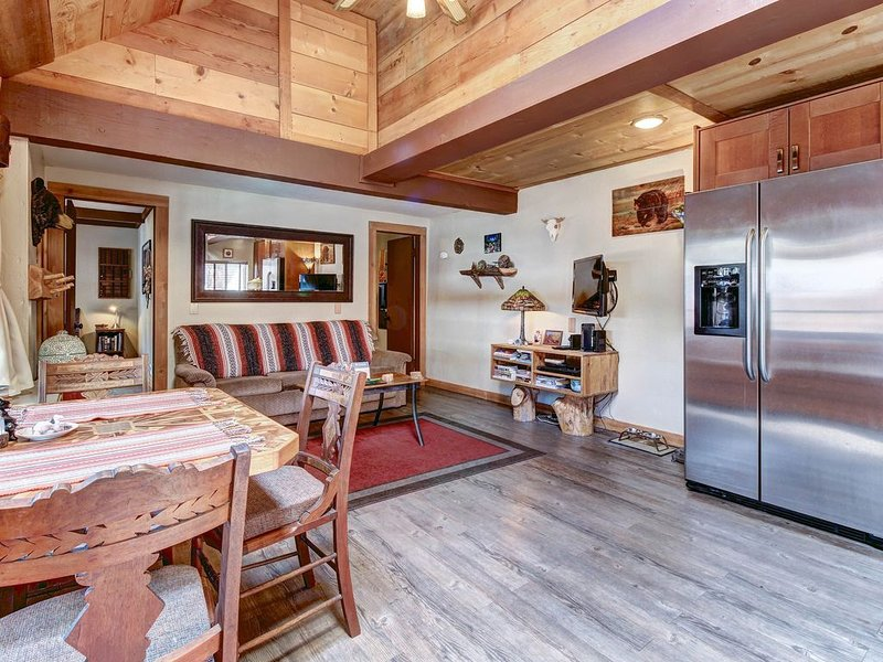 Dog-friendly modern cabin, close to skiing, hiking, and water adventures!, alquiler de vacaciones en Sugarloaf