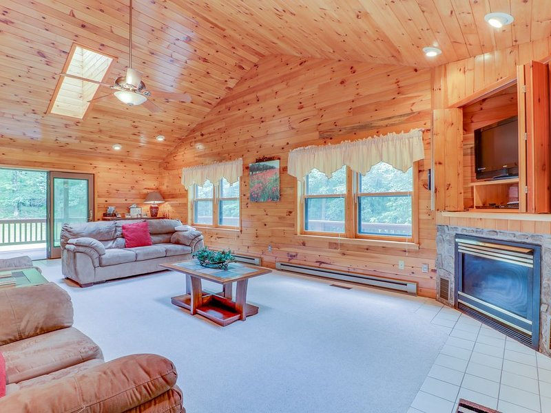Cozy cabin-style home w/private hot tub, game room, & large deck - close to Wisp, holiday rental in McHenry