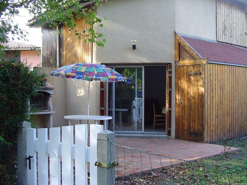 Belle maison avec terrasse et jardin à 5 mn à pied du lac et du port., holiday rental in Hourtin-Plage