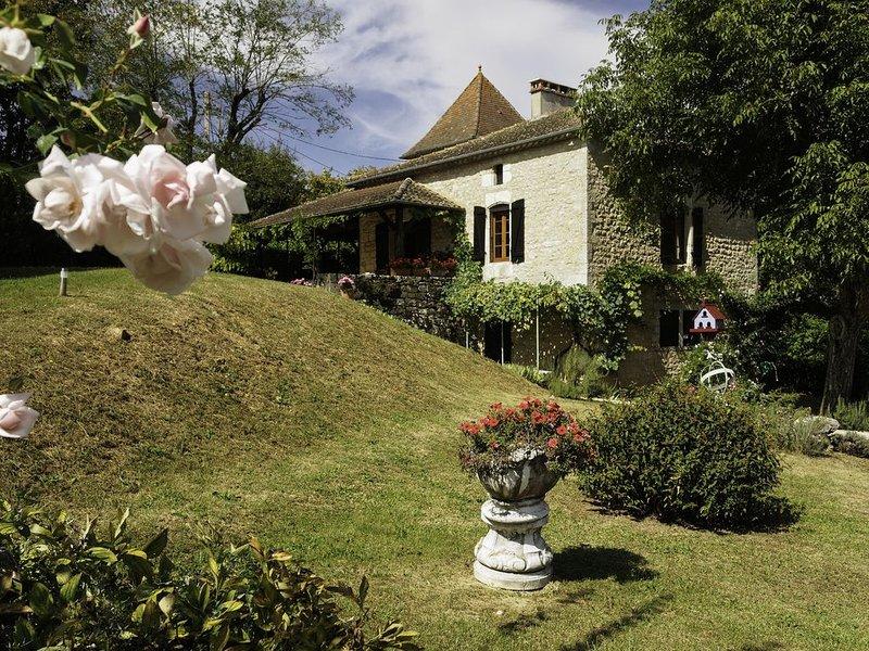 Une ferme de caractère en pierres apparentes au calme avec piscine chauffée, holiday rental in Touzac