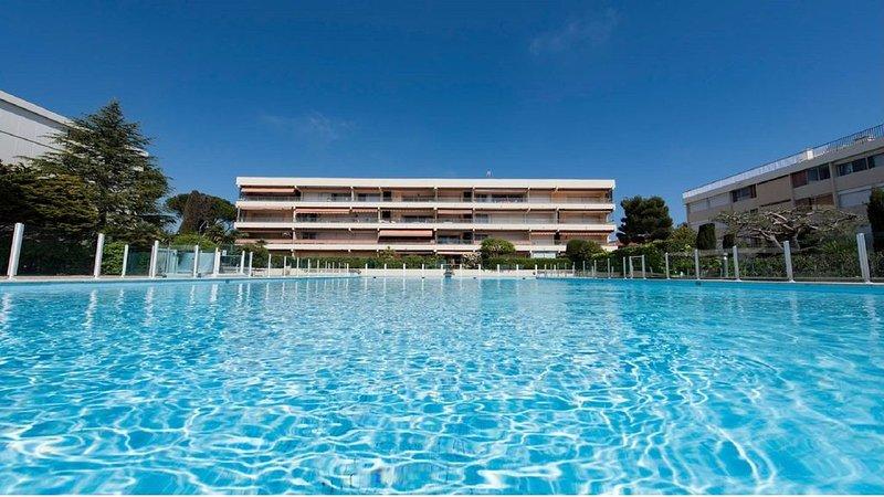 Idéal Amis ou Famille: Plaisir d'un RDJ, terrasse,  piscine, vue mer. 6 adultes., holiday rental in Antibes