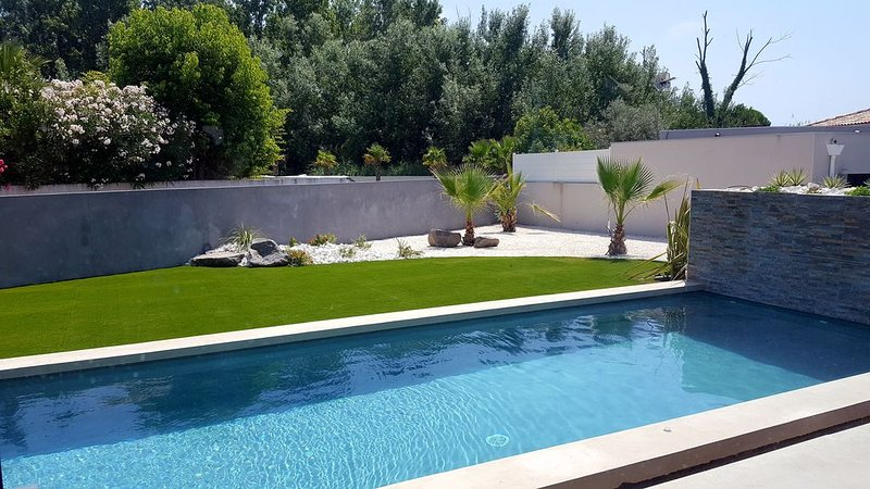 Villa contemporaine neuve avec piscine privee a 400 M de la mer, holiday rental in Agde
