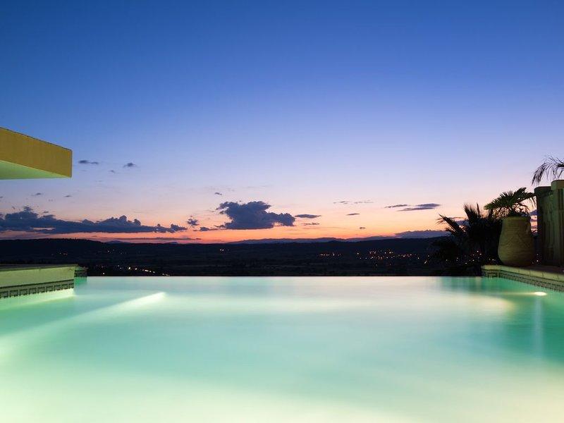 Magnifique Gite avec vue dominante piscine et jacuzzi chauffé ( Le Palmier ), location de vacances à Caveirac