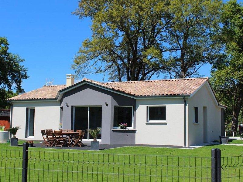 Agréable maison avec jacuzzi et grand jardin à proximité des plages, holiday rental in Queyrac
