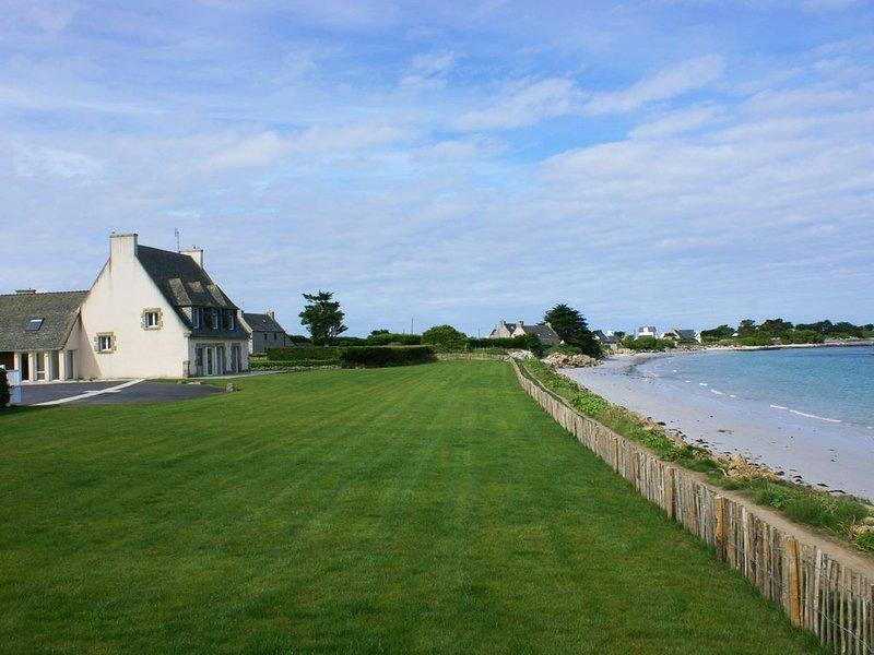 Villa luxueuse, vue imprenable  mer, à 10 mètres de la plage, 5 chambres, 10pers, location de vacances à Santec