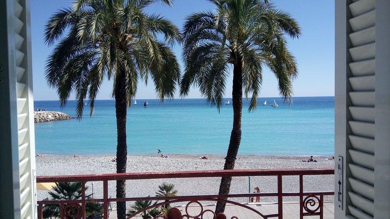 LAURIE'S DREAM:  face à la plage, clim & wifi, balcon & terrasse, proche de tout, holiday rental in Menton
