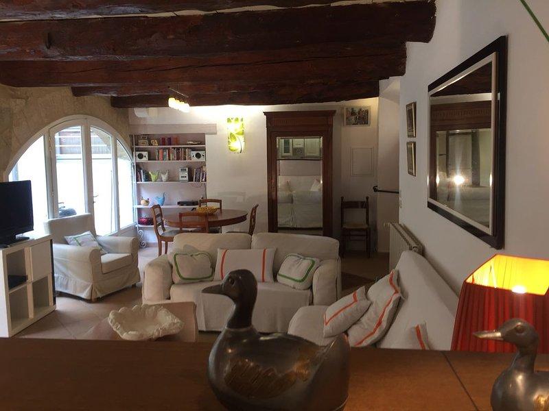 Maison  centrale au calme dans le centre historique d'Uzes 1er Duché de France., vacation rental in Uzes