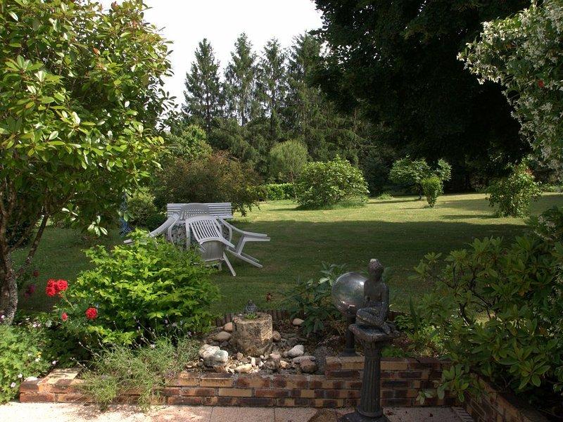 maison au-dessus des Jardins de l'Imaginaire à Terrasson-Lavilledieu, holiday rental in Brignac-la-Plaine