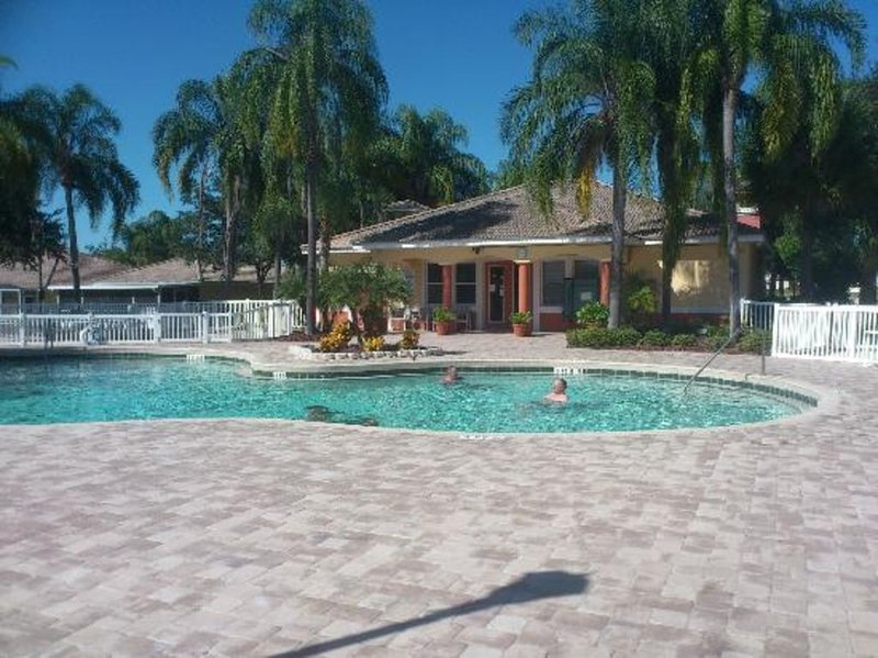 Lake Marion Resort Villa - pool/hot tub/clubhouse - only 45 minutes to Disney!, vacation rental in Poinciana