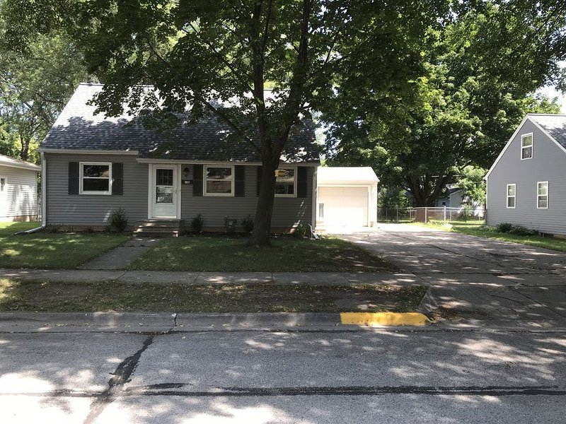 Completely Remodeled Full House 2 Blocks From Lambeau Field, holiday rental in Luxemburg