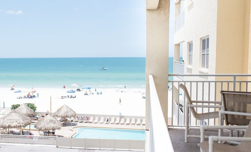 Unit #302 - Beautiful Gulf front view w/Large Jacuzzi and Heated Pool, alquiler de vacaciones en Redington Shores