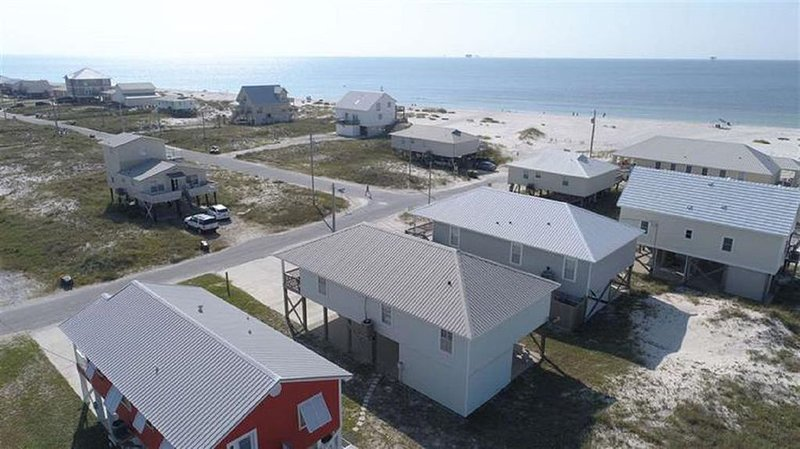 4 bed, 3 bath steps from beach! Sleeps 12! Winter rates!, alquiler de vacaciones en Fort Morgan
