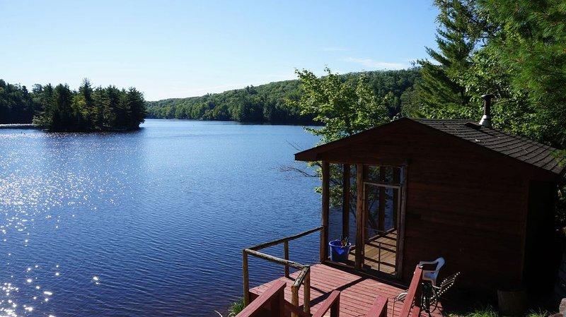 Waterfront Cedar Cabin Complete with Sauna, casa vacanza a Big Bay