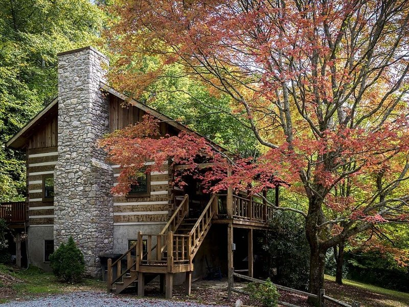 Mountainside - a Rustic Cabin with all the Amenities! Sleeps 10 with a Hot Tub, alquiler vacacional en Blowing Rock