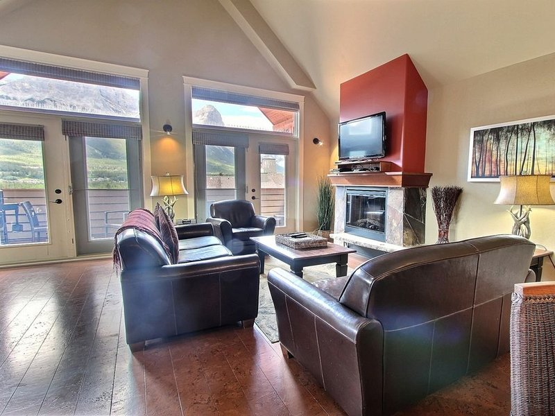 Massive 3 BR 3 BA Corner Penthouse with Mountain Views in Luxury Resort, vacation rental in Canmore