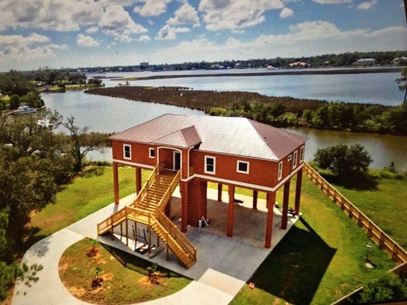 Amazing Water Front House in Golf Course community. ���, location de vacances à D'Iberville