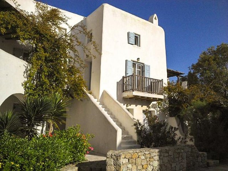 UNIQUE TOWNHOME IN ORNOS - 5 min walk to Beach, Ferienwohnung in Mykonos