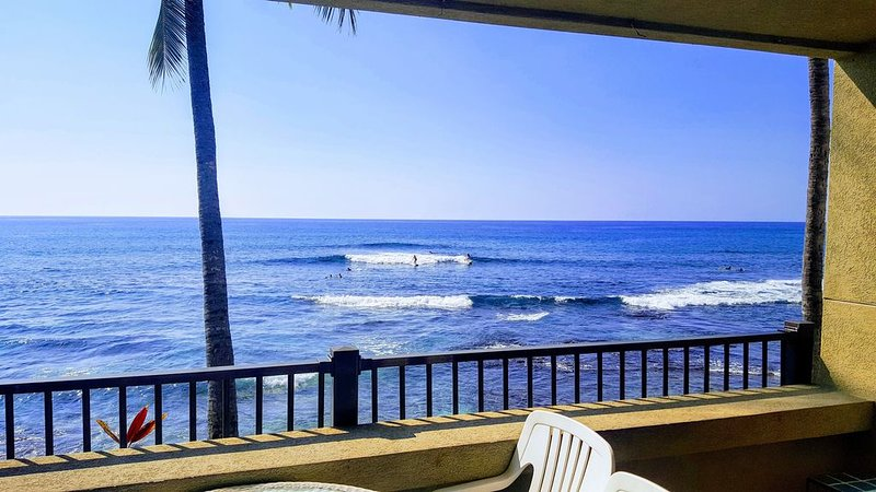 Oceanfront condo with AC 20 ft from ocean, aluguéis de temporada em Holualoa