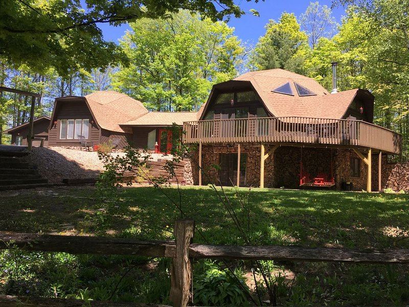 1-of-a-kind Geo Vacation Home; 4K sq ft, sleeps 10, 5bd/3.5ba near Lake Michigan, vacation rental in Kalkaska