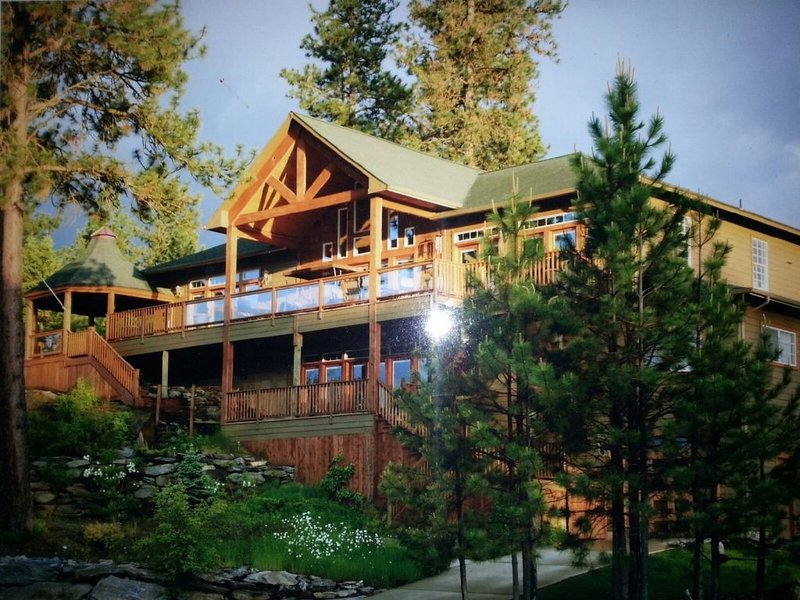 Beautiful Coeur d'Alene  Waterfront Lake River Home with Private Boat Dock, holiday rental in Post Falls